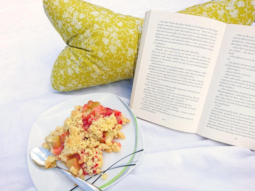 erdbeer-rhabarber-crumble-mit-leseknochen