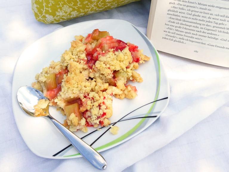Schneller Erdbeer-Rhabarber-Crumble mit Haferflocken