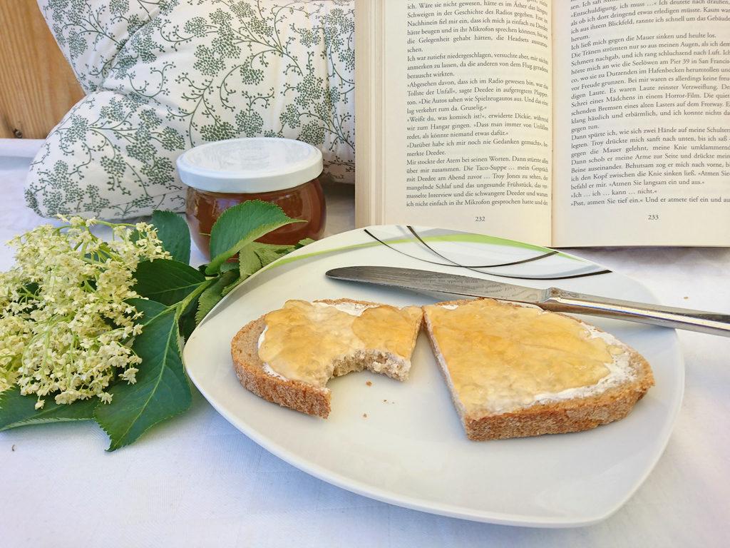 Holunderblütengelee aufs Brot