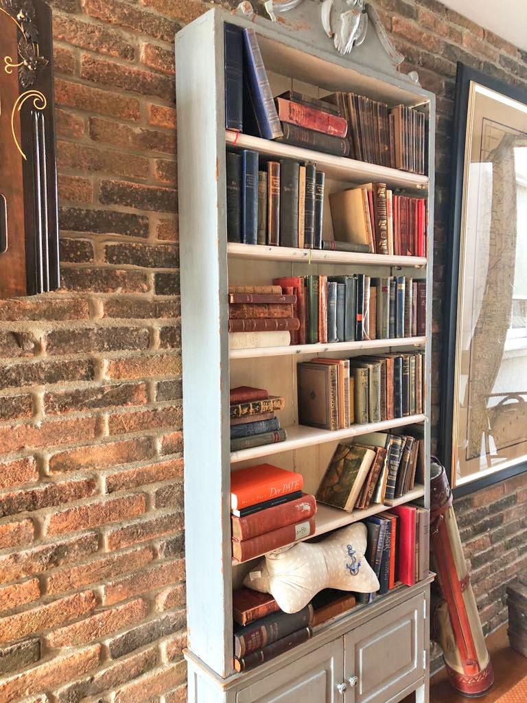 Leseknochen Bücherregal