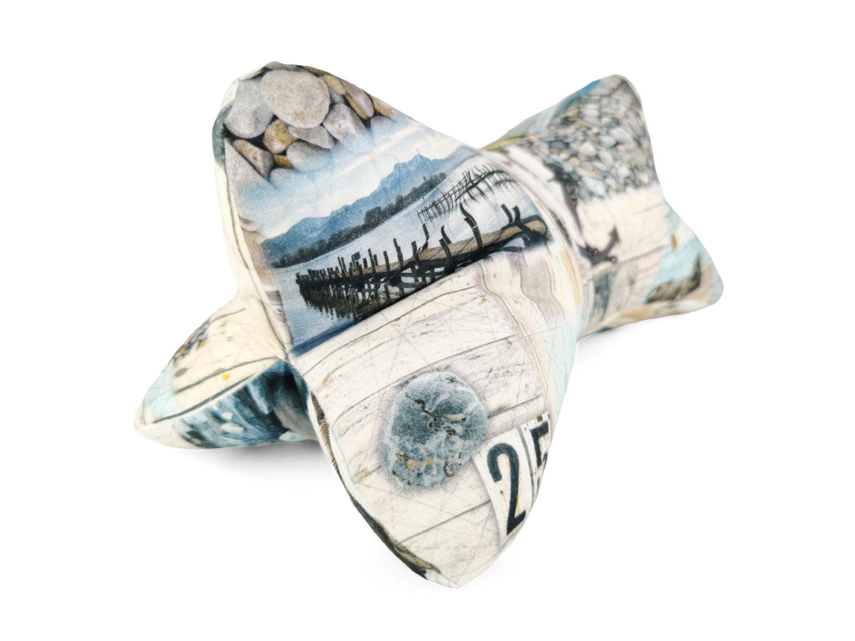 Leseknochen Leinen los - bedruckt mit maritimen Motiven, wie Anker, Steuerrad und Möwen