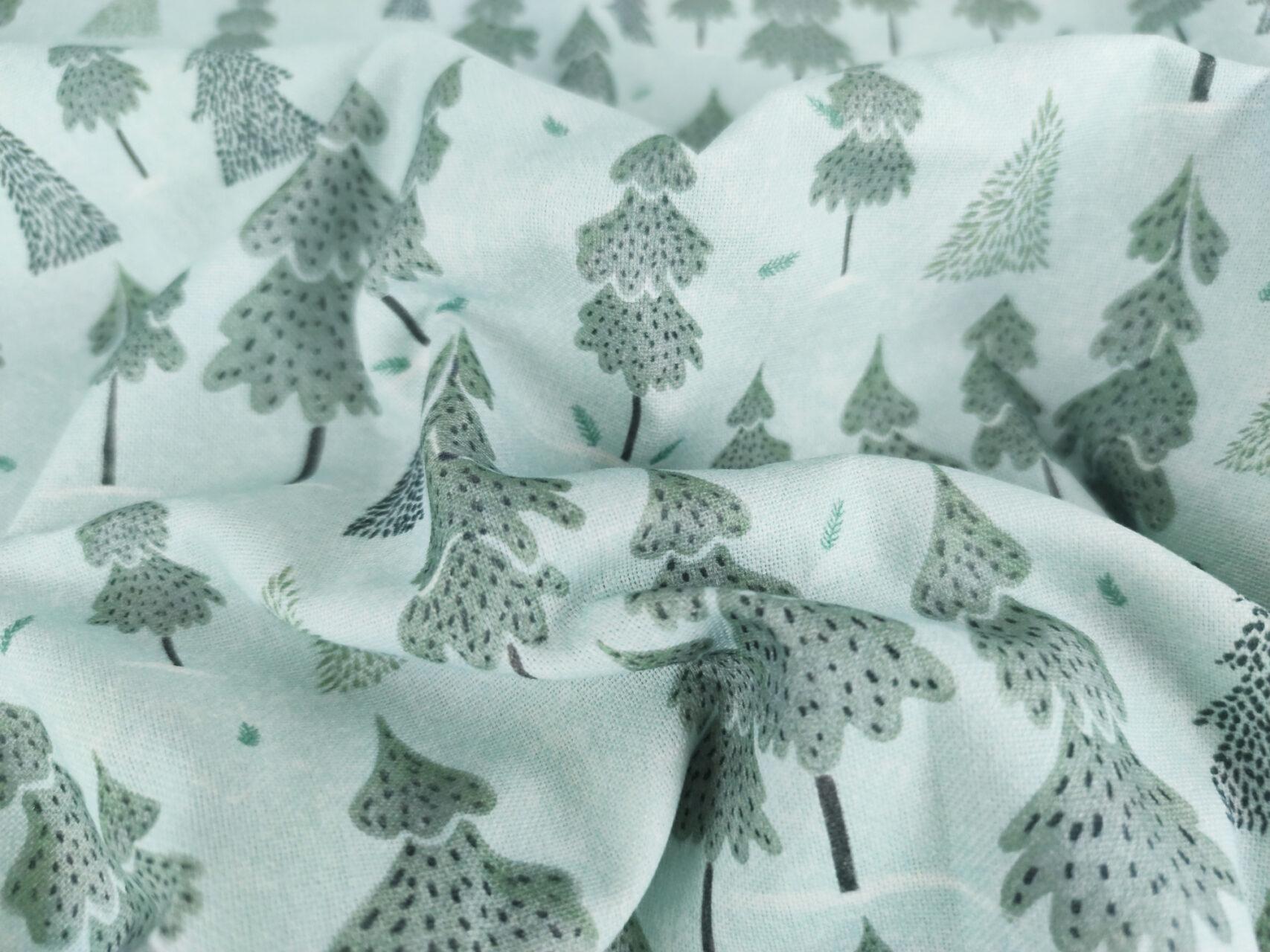 Stoffdetail-Winterwald-hellblau-Tannenbäume